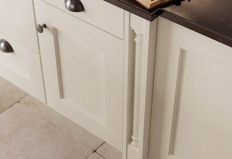 http://www.ianwoodbespokeinteriors.co.uk/wp-content/uploads/2017/01/classic-traditional-country-wakefield-painted-ivory-kitchen-box-pilaster-1.jpg