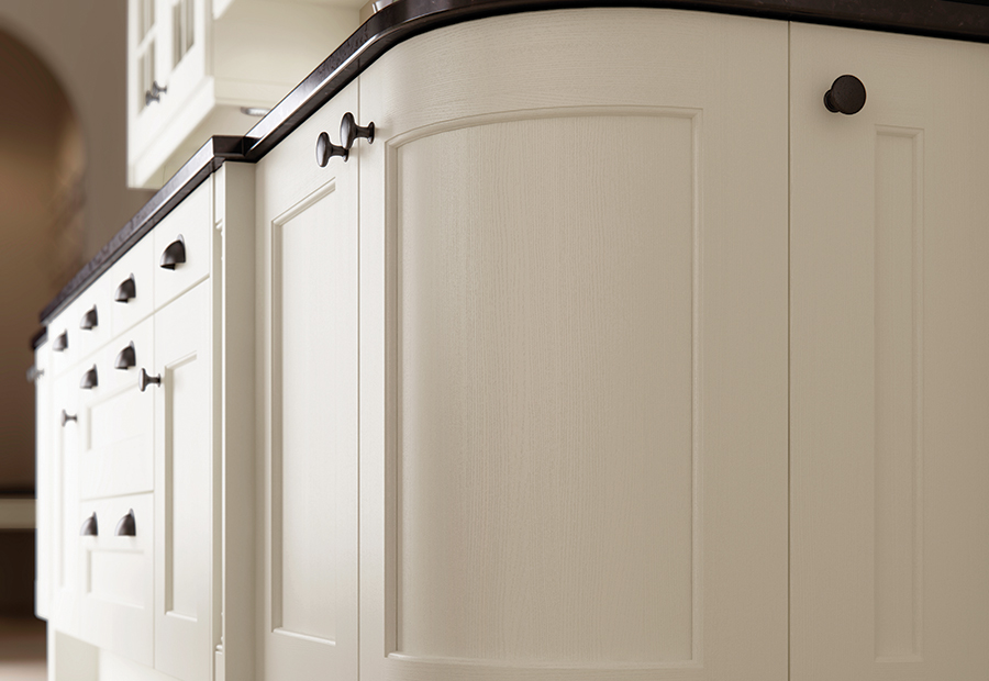 http://www.ianwoodbespokeinteriors.co.uk/wp-content/uploads/2017/01/classic-traditional-country-wakefield-painted-ivory-kitchen-quadrant-door-1.jpg